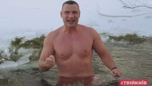 Віталій Кличко ефектно пірнув у ополонку та попередив киян про небезпеку: відео